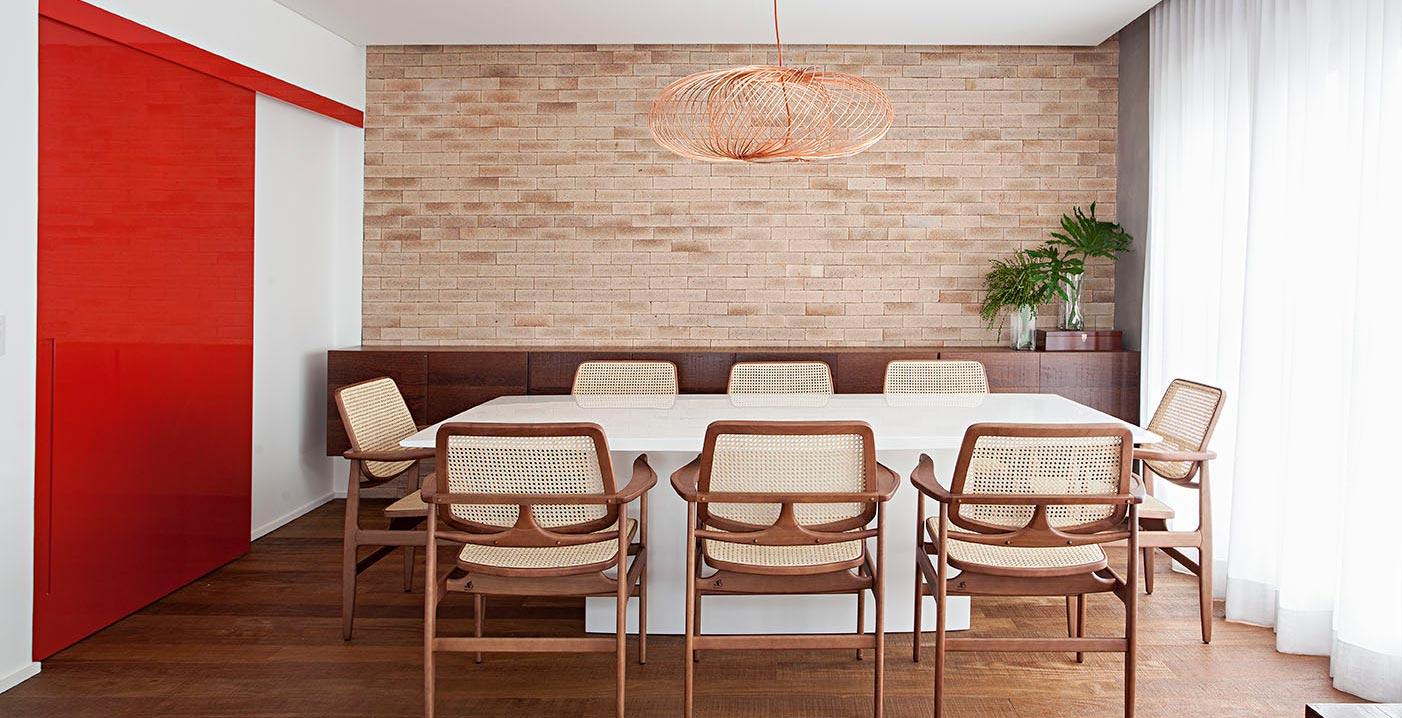 Apartamento mescla móveis asiáticos e design brasileiro