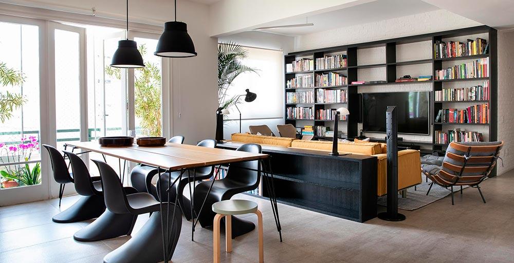Apartamento com planta em formato de triângulo ganha décor repleta de materiais naturais