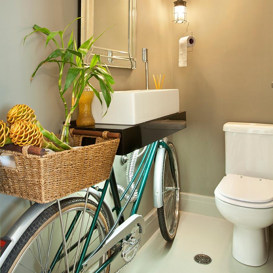 Bicicleta vira bancada do banheiro neste apartamento