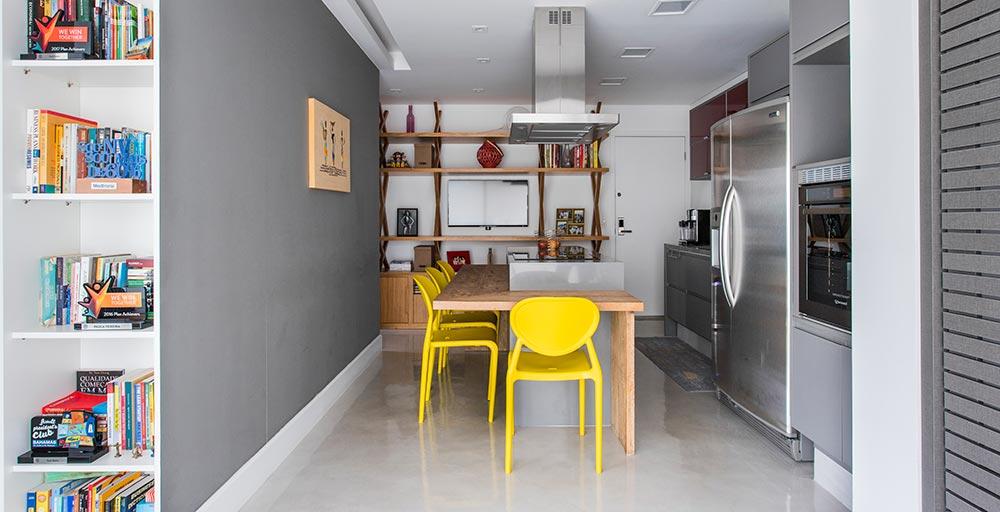 Portas de madeira escondem a lavanderia neste apartamento de 44 m²