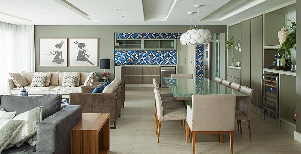 Apartamento ganha móveis e revestimentos projetados sob medida