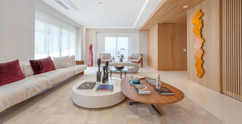 Apartamento minimalista tem decoração em tons neutros