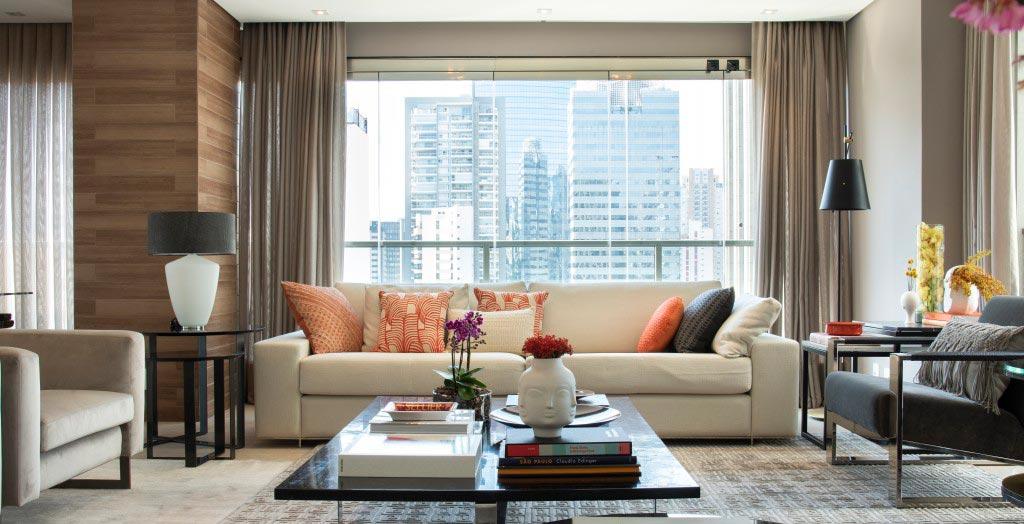 Uma grande coluna separa a sala deste apartamento em três