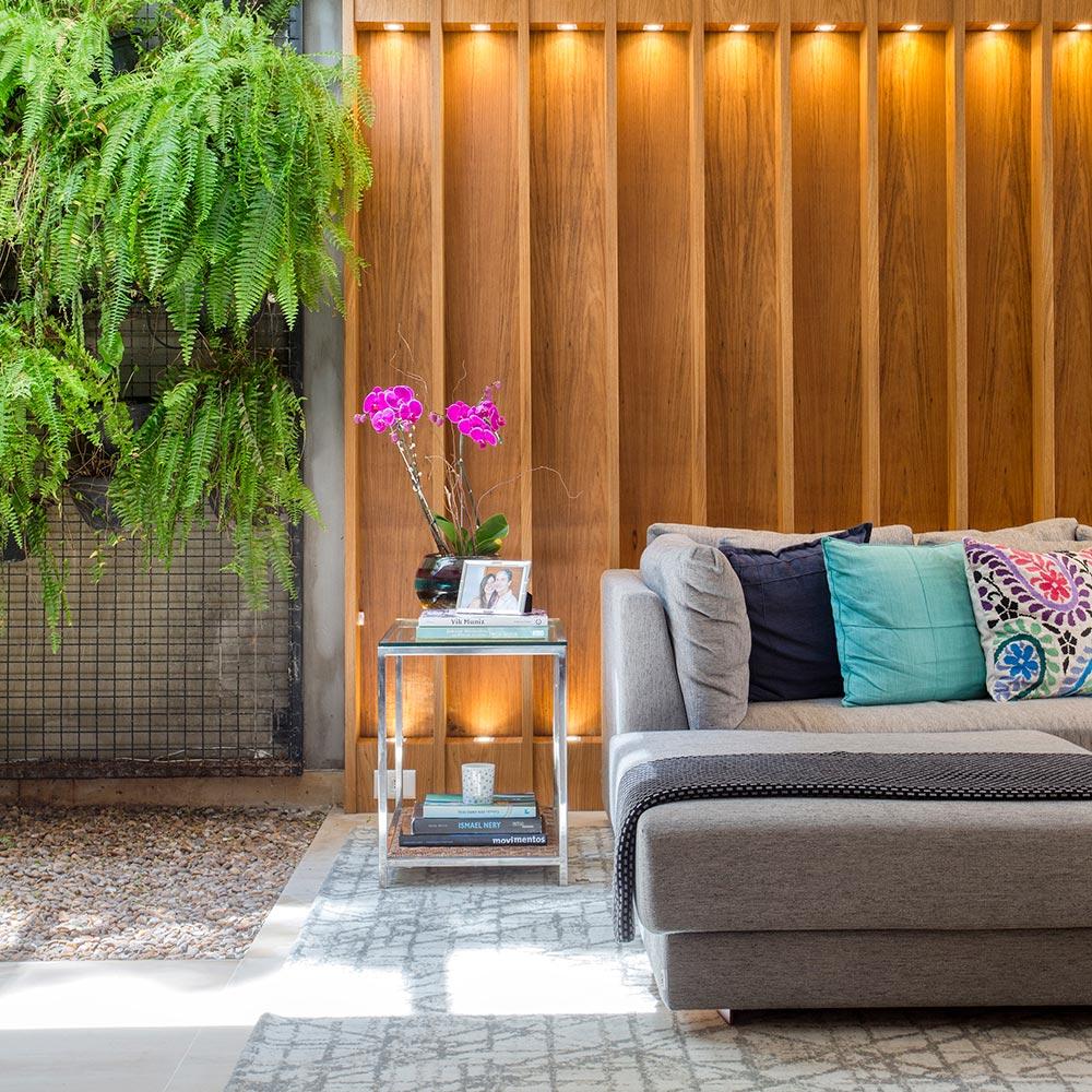 Madeira e cores claras marcam a decoração desta casa no Jardim Botânico