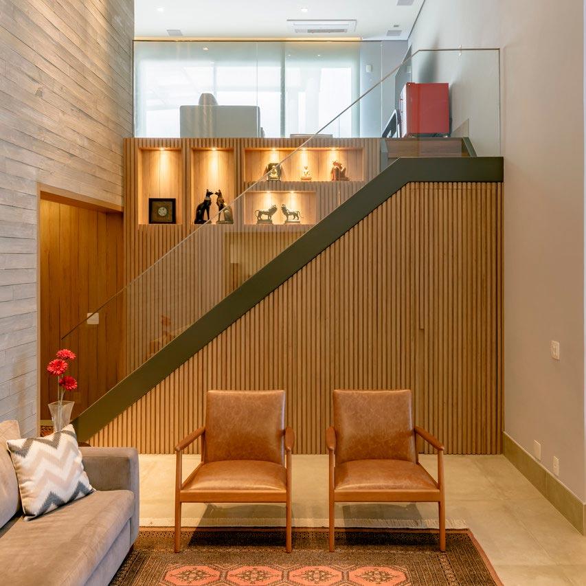 Uma grande escada marca a entrada deste apartamento em São Paulo