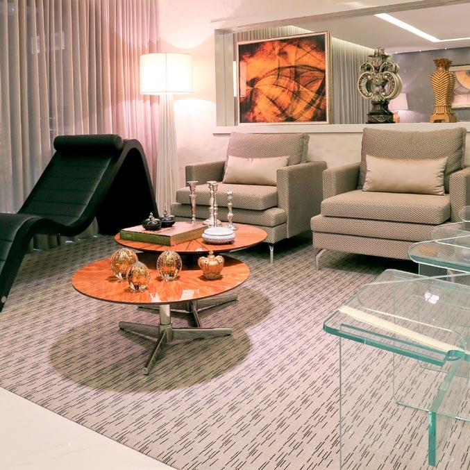 Living mescla móveis contemporâneos e decoração clássica