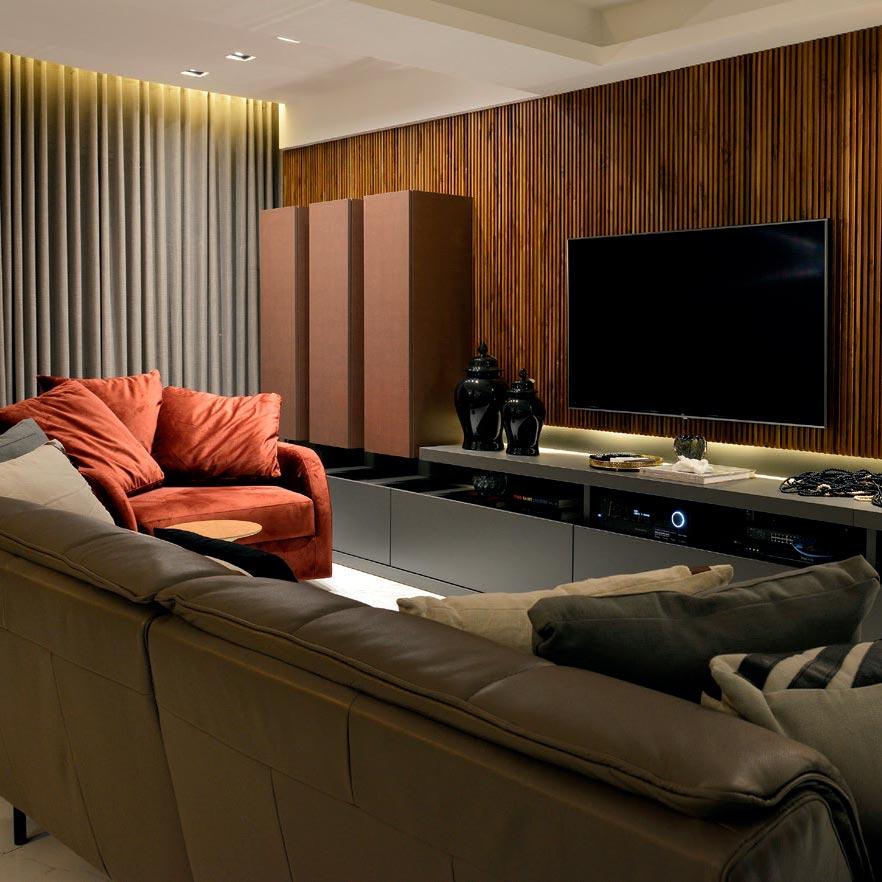 Living luxuoso aposta em tons escuros e materiais sofisticados