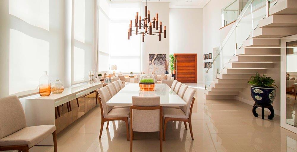 Casa decorada com tons neutros e móveis de design
