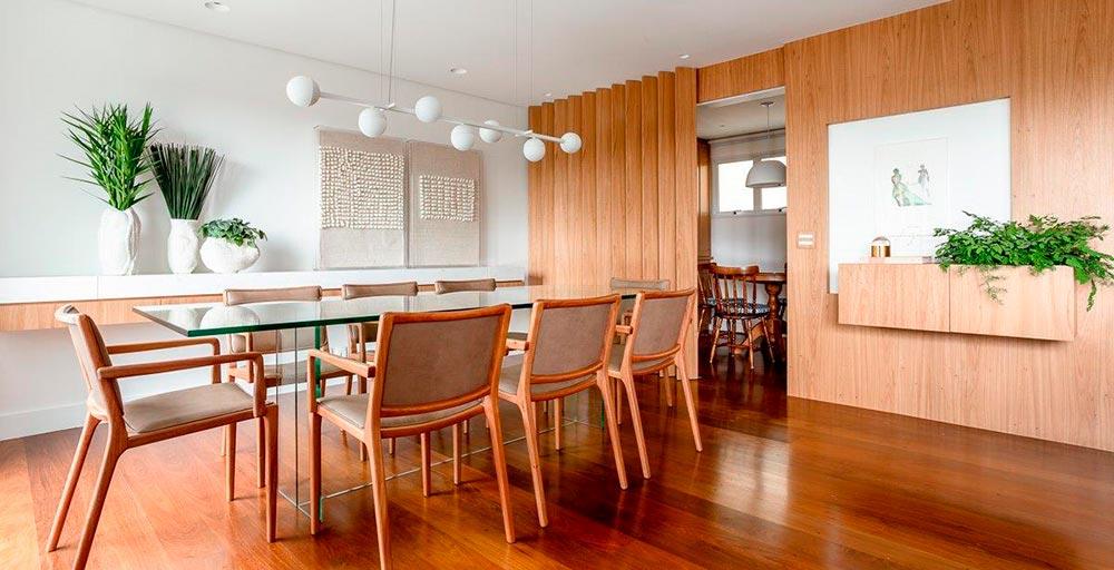 Brises pivotantes separam a copa da sala de jantar neste  apartamento
