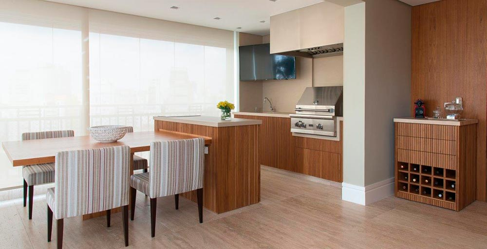 Apartamento decorado com cores neutras tem detalhes em tons terrosos
