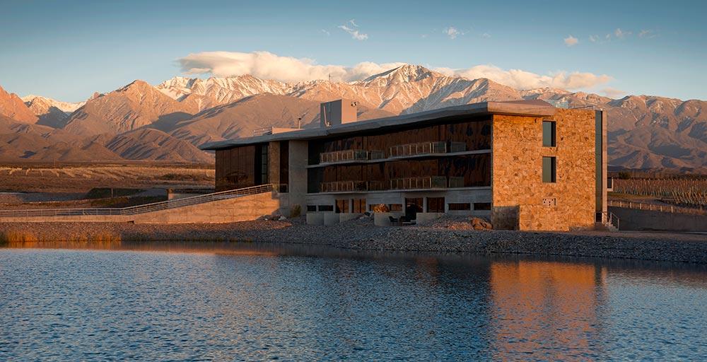 Hotel com fachada de vidro possui vista privilegiada para a Cordilheira dos Andes