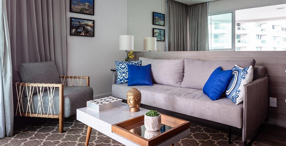 Apartamento de 30 m² tem décor em tons neutros