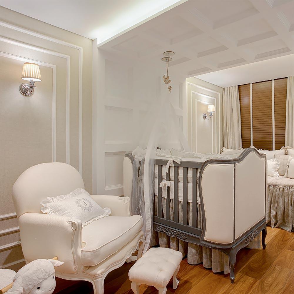 Quarto de bebê ganha charme com boiserie na parede