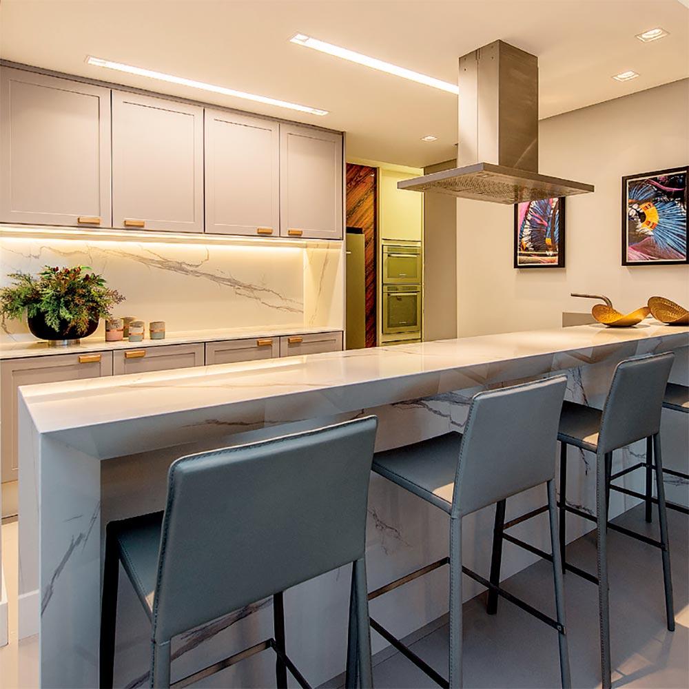 Apartamento para casal de 50 anos tem décor em tons neutros