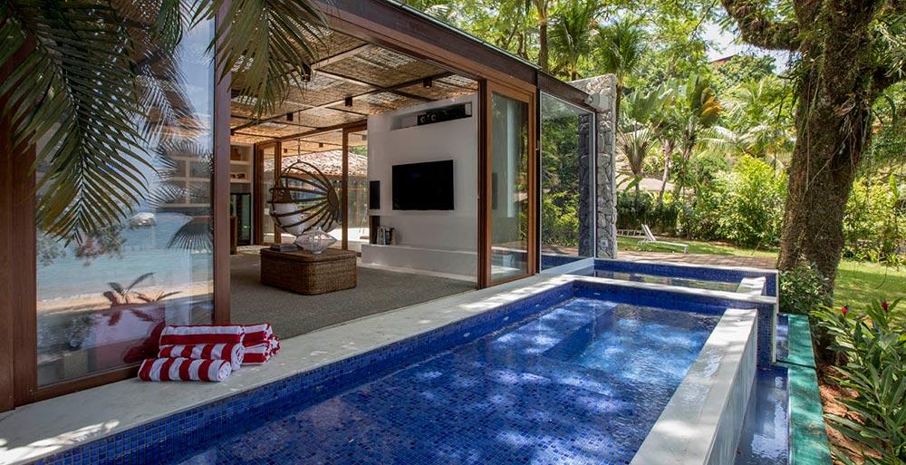 Casa em Angra dos Reis possui piscina integrada à sauna
