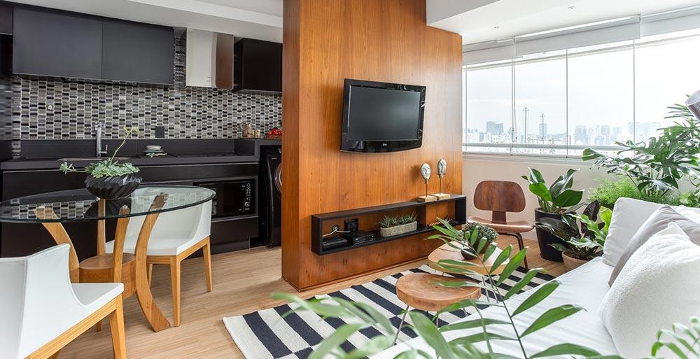 Apê de 35 m² com decoração urban jungle tem cozinha preta