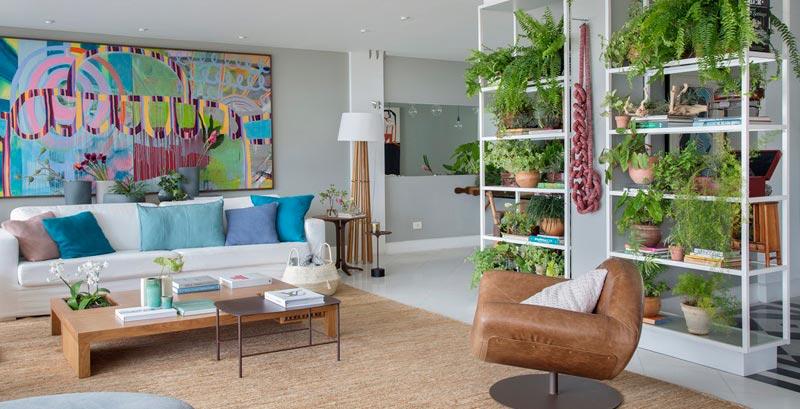 Apartamento mescla obras de arte com muito verde