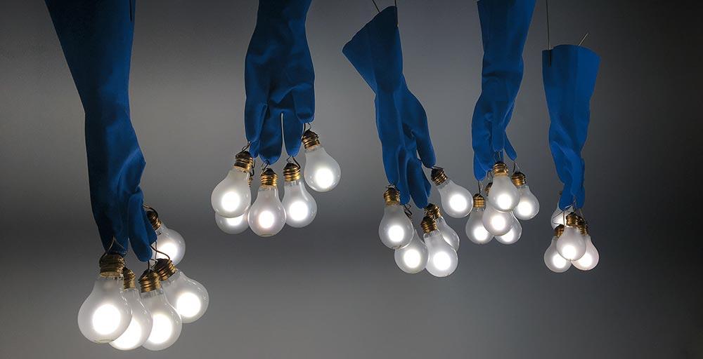 Ingo Maurer assina luminárias feitas com luvas