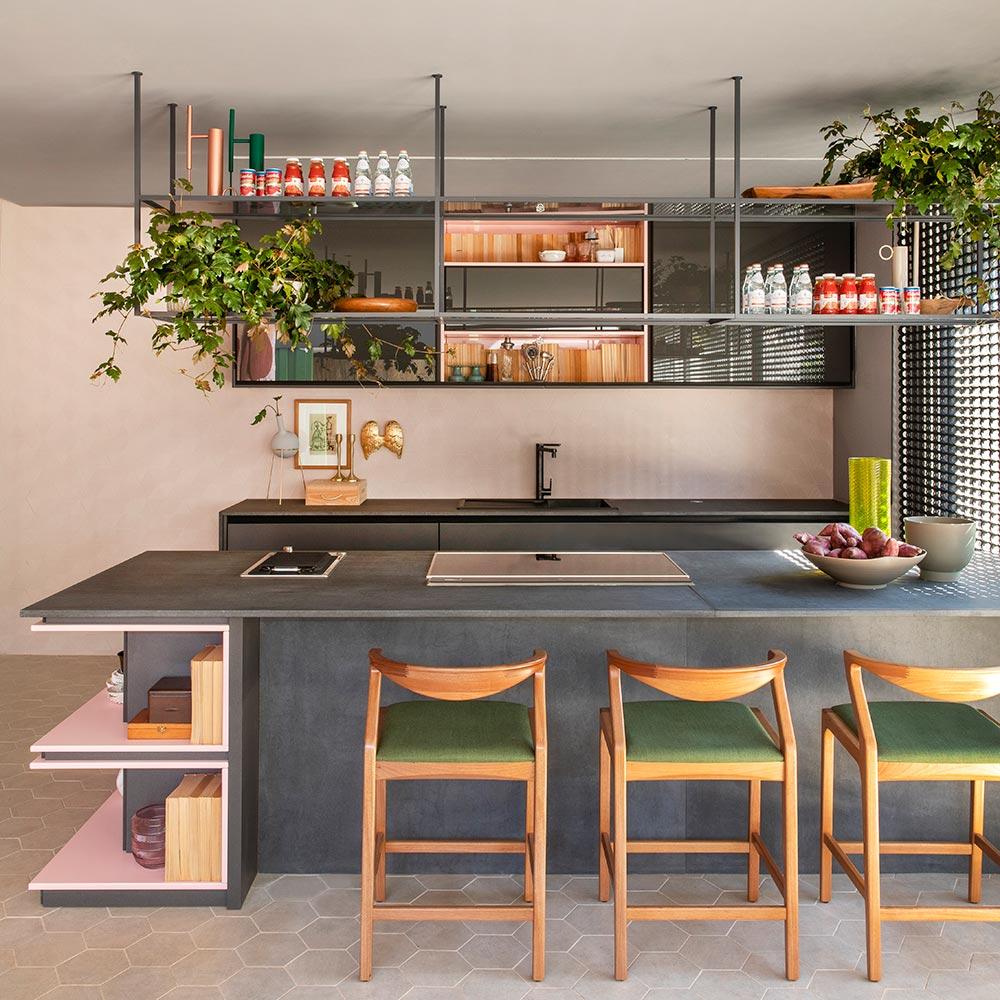 Cozinha gourmet em tons de verde e rosa