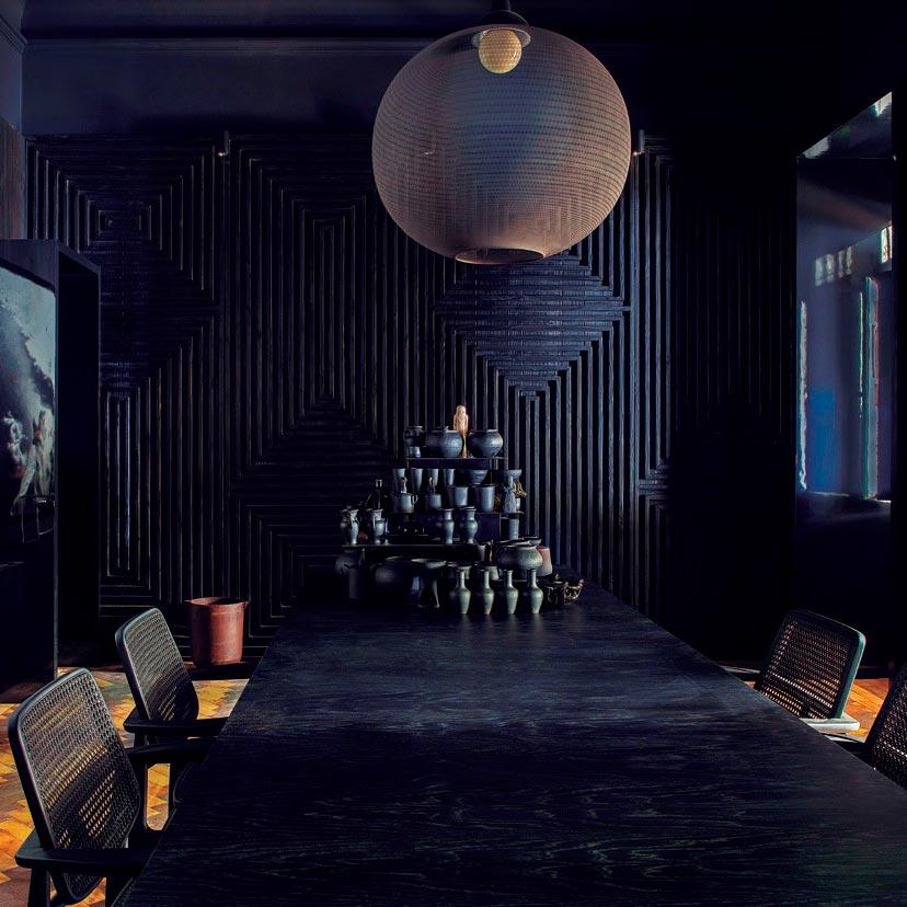 Sala de jantar utiliza técnica yakisugi nas paredes