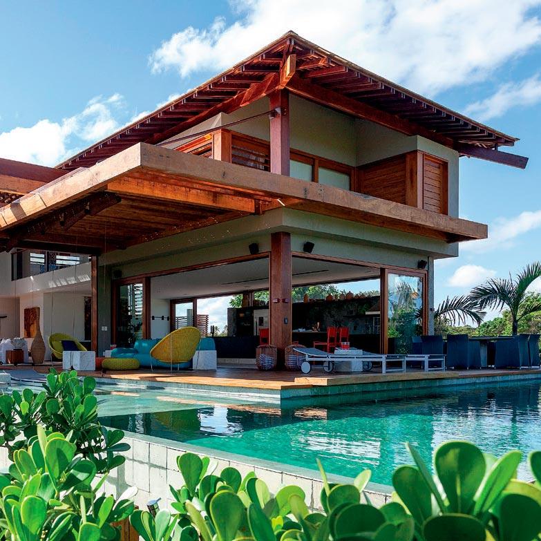 Pergolado em balanço marca fachada em casa de praia na Bahia