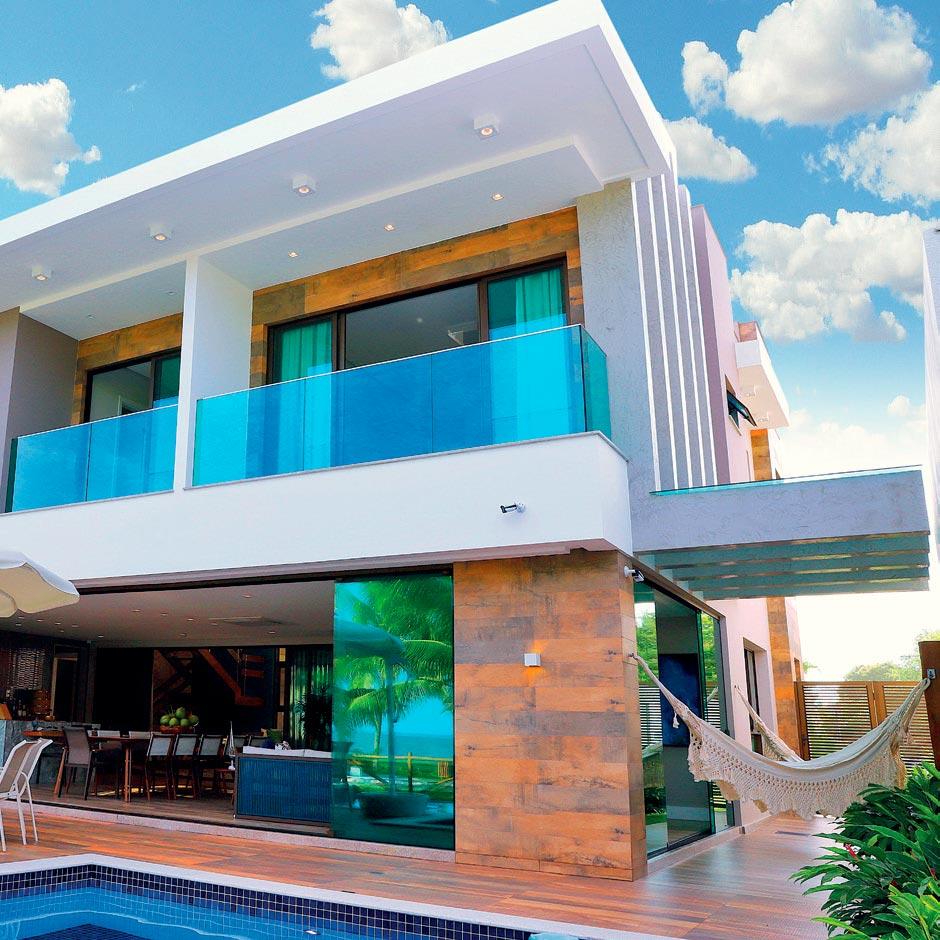 Varanda gourmet aproveita a paisagem do litoral baiano nesta casa de veraneio