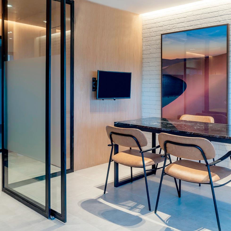 Escritório de arquitetura mescla layout irreverente com estética industrial