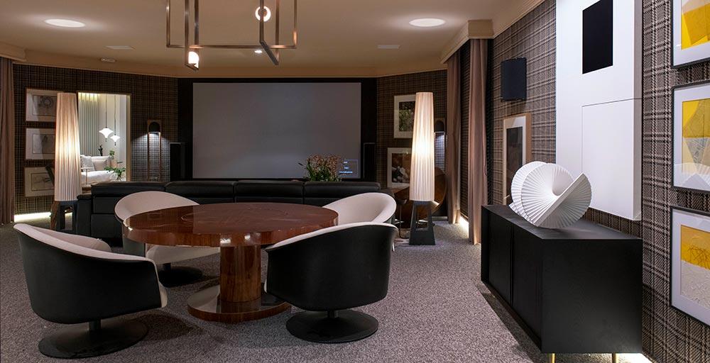 Sala de TV cria clima de cinema em casa com TV de 150 polegadas