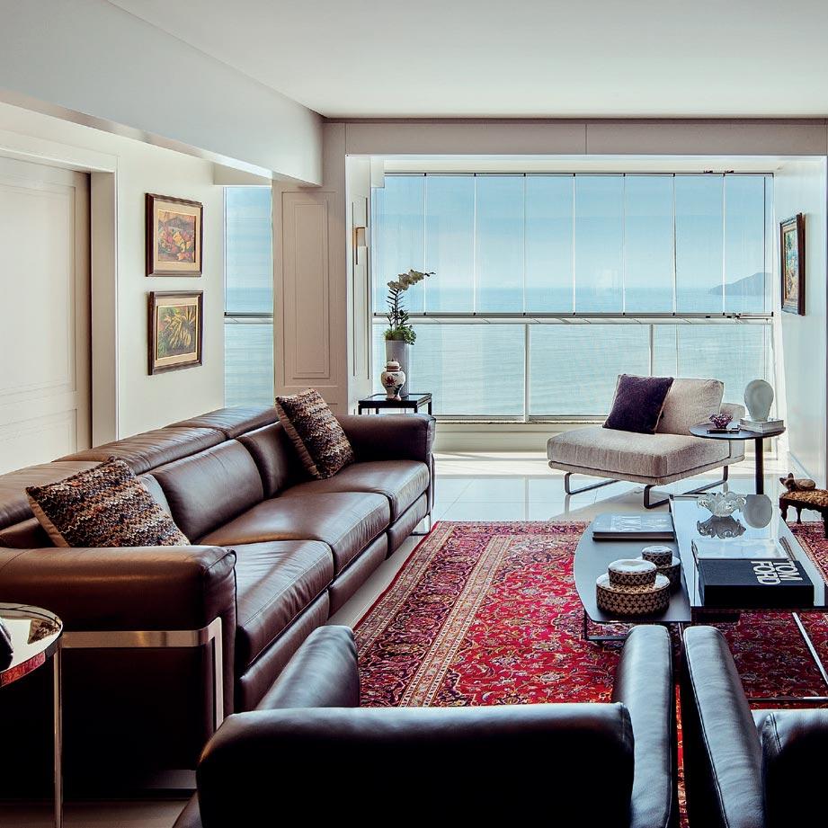 Conforto e integração marcam este apartamento com vista para o mar catarinense