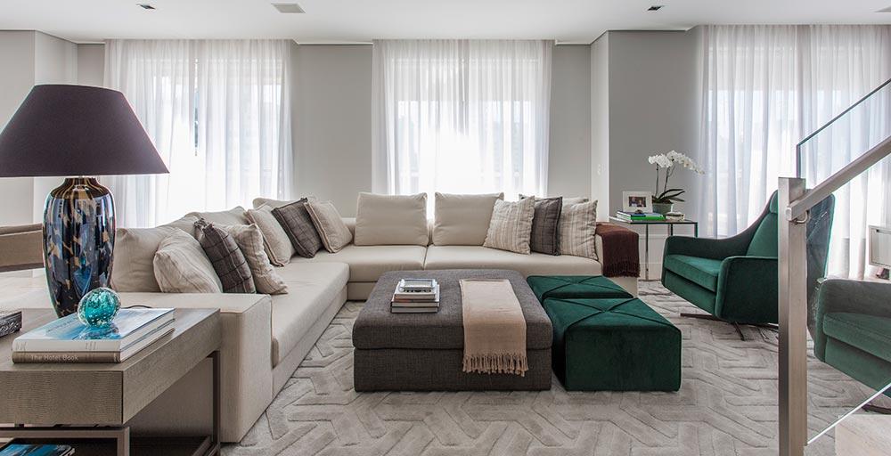 Living integra jantar e home theater com cores claras e piso único