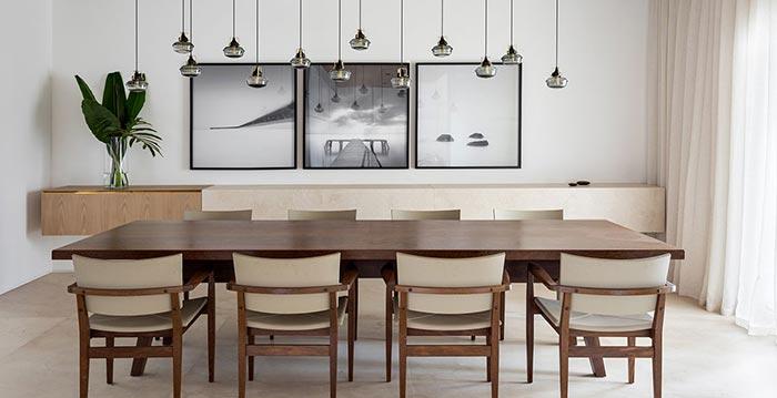 Madeira cria sensação de aconchego em apartamento dúplex de 670 m²