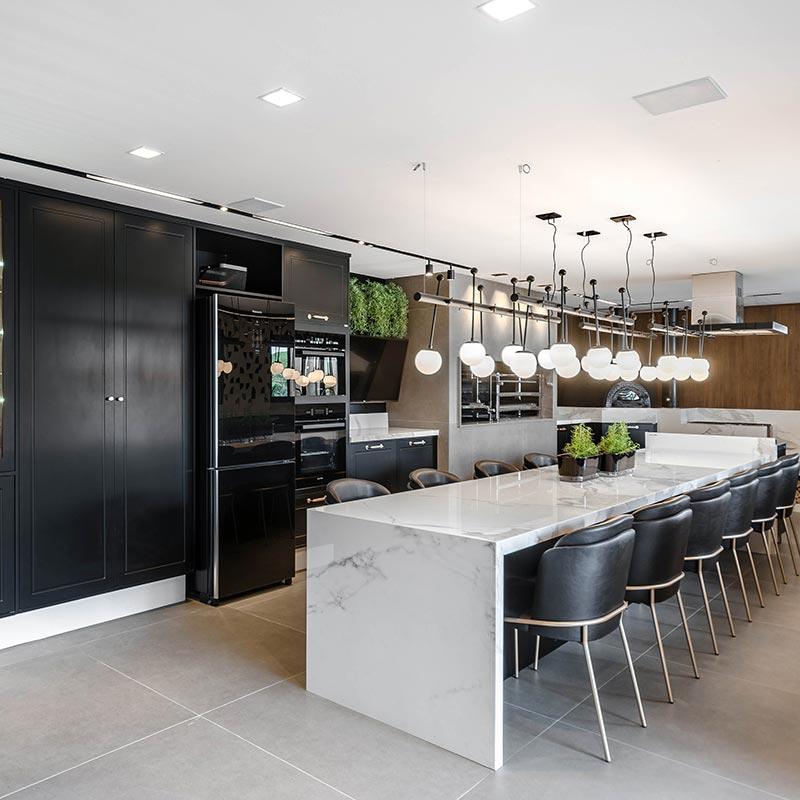 Cozinha moderna acomoda até 12 convidados