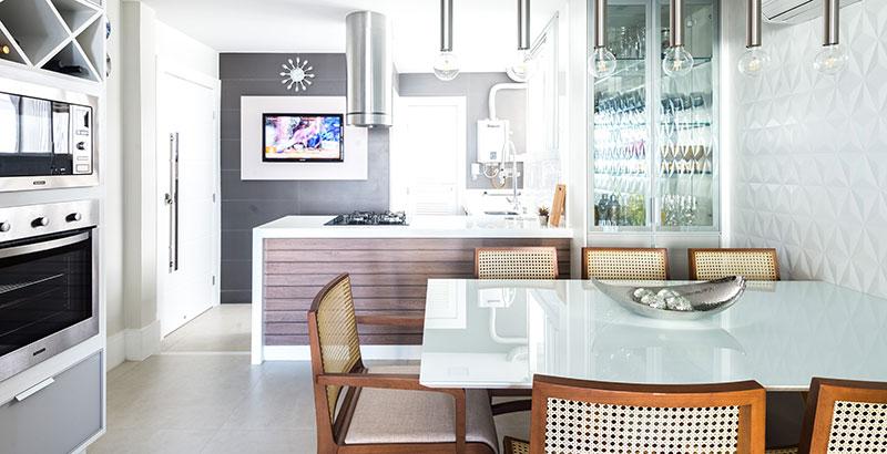 Apartamento com décor navy possui área social integrada