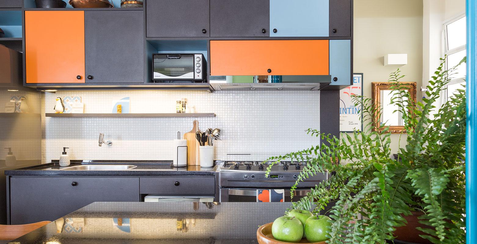 Apartamento dos anos 50 ganha cozinha azul e laranja