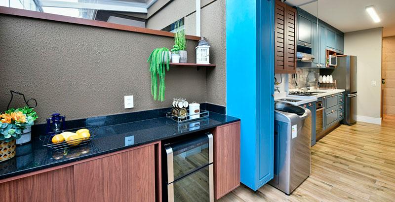 Apartamento de 64 m² tem cozinha provençal e muito verde