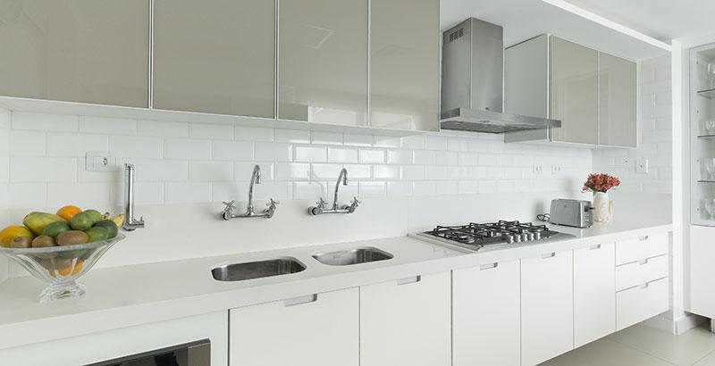 Uma cozinha onde tudo é branco