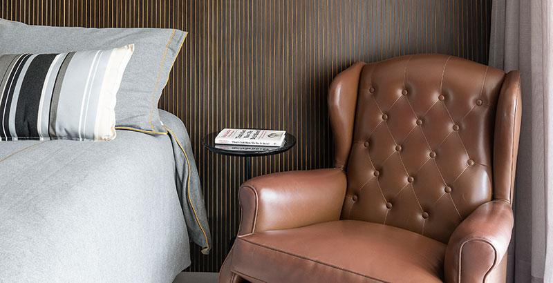 Apartamento para solteiro tem décor em tons neutros