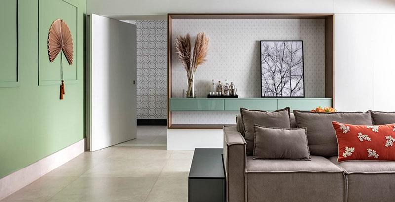 Apartamento de 180 m² tem décor repleta de madeira e tons de verde