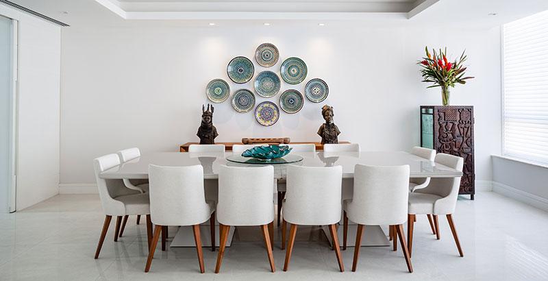 Apartamento carioca dos anos 60 ganha décor contemporâneo