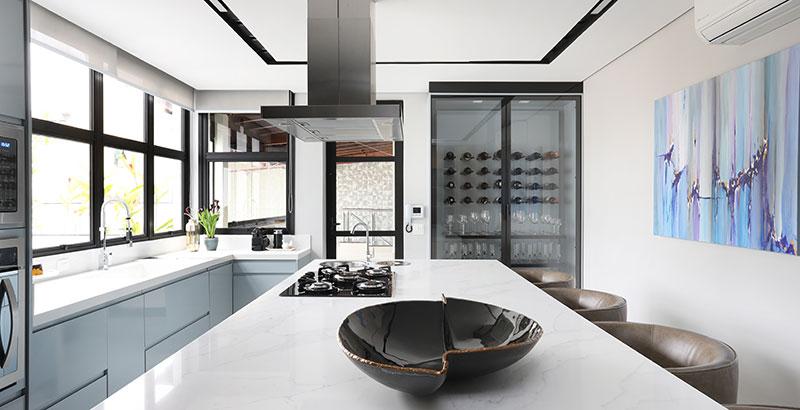 Marcenaria inteligente dá identidade única a cozinha de 45 m²