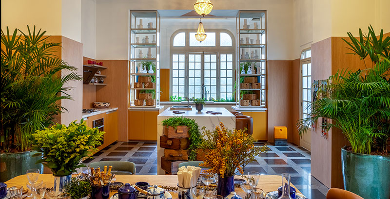 Uma cozinha repleta de cores e plantas