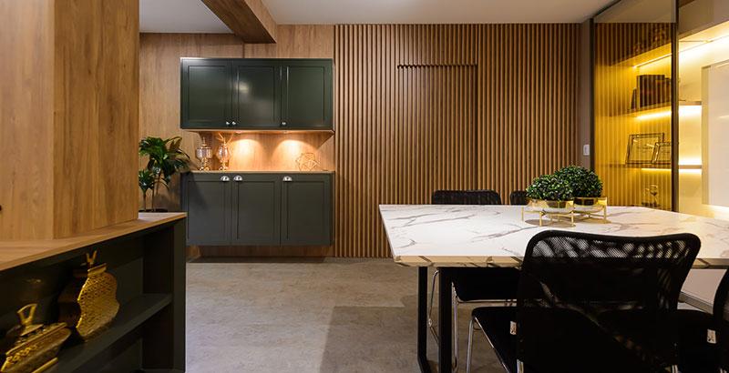 Sala de reunião aconchegante e integrada à copa
