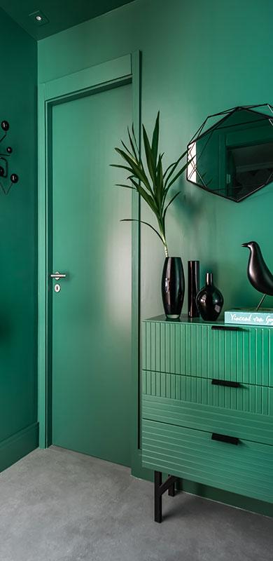 Cores, integração e muito verde marcam este apê de 120 m²