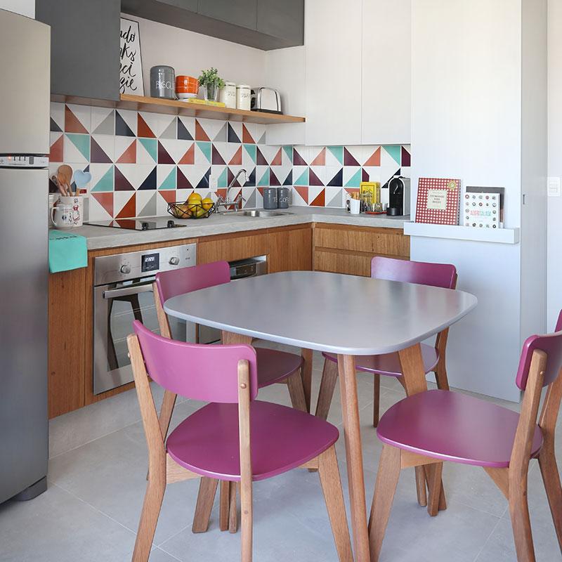 Cozinha pequena, colorida e cheia de vida