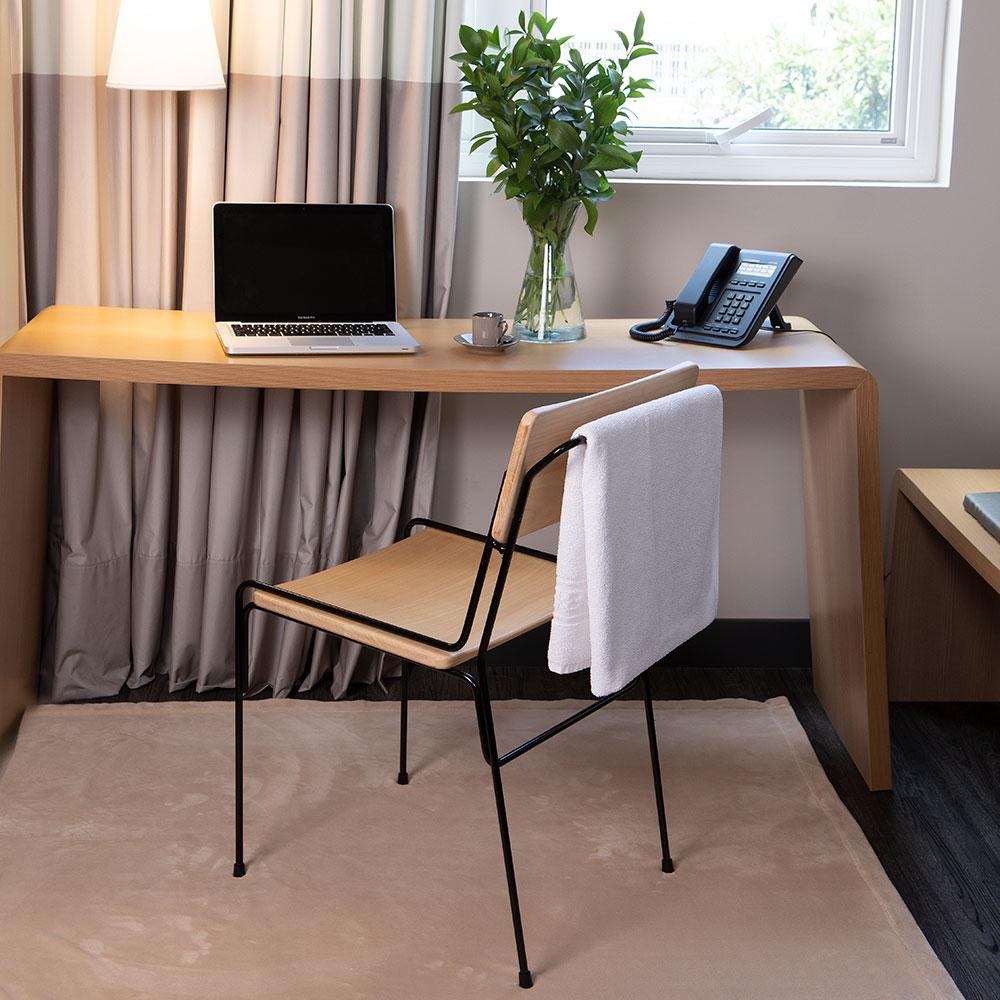 Cadeira desenvolvida para a rede de hotéis Ibis chega ao mercado
