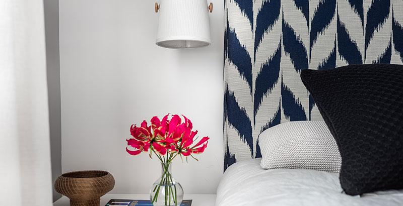 Quarto de casal ganha décor que mescla estampas e tons de azul