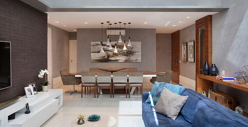 Apartamento de 350 m² tem décor marcado pela madeira e tons de azul