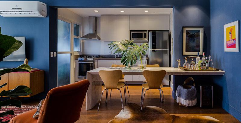 Mix de objetos marca o décor de apartamento de jovem apaixonado por arte