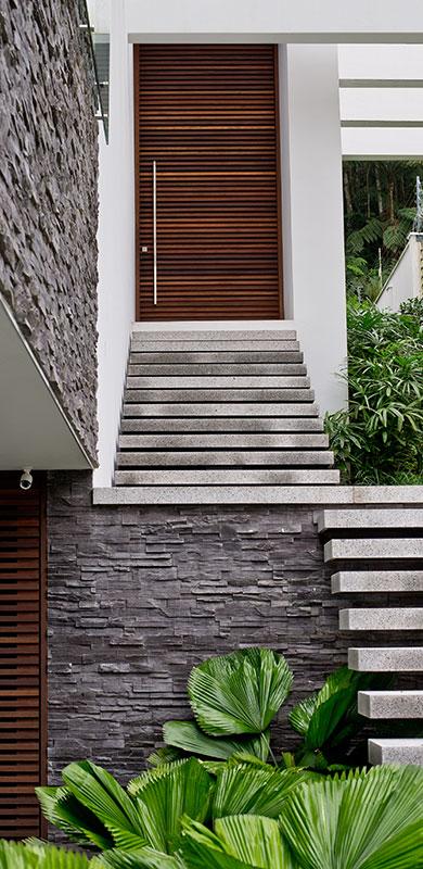 Casa tira proveito do terreno inclinado e se integra à natureza
