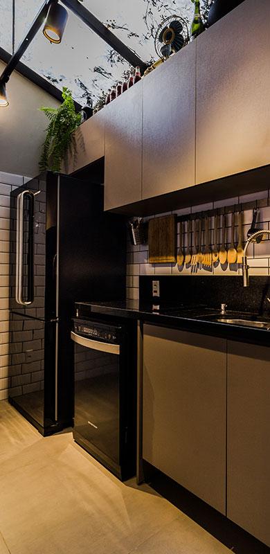 Casa em Porto Alegre ganha contemporaneidade com teto de vidro na cozinha